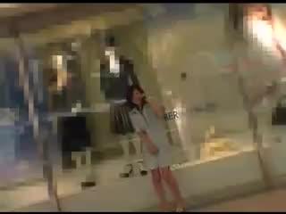 白昼堂々渋谷の街中で青姦セックスしちゃうド変態パイパン娘の野外羞恥動画。
