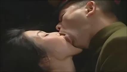 【セクシー奥さまがレイプされる映像】憲兵の取り調べ中に犯される