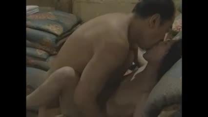 美乳な美熟女が屋根裏でこっそり不倫男と絡み合う濃厚不倫セックス。夫に覗かれてるとも知らず喘ぐ…